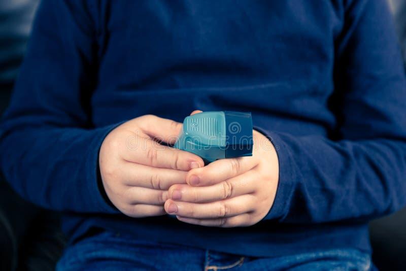 Handen die astmainhaleertoestel houden stock afbeeldingen