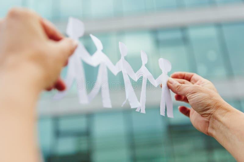Handen die commercieel die team houden van document wordt gemaakt royalty-vrije stock foto's