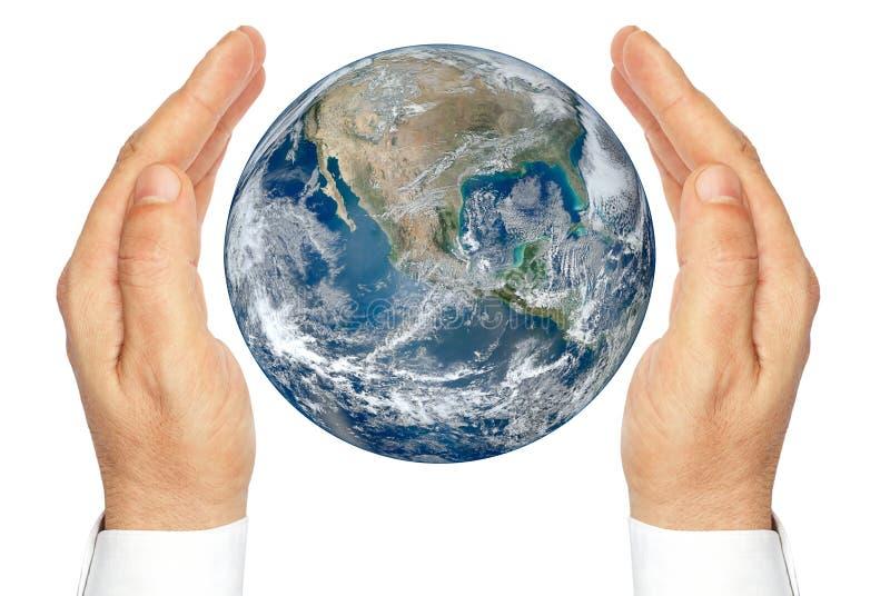 Handen die de aarde houden die op een witte achtergrond wordt geïsoleerd. stock foto