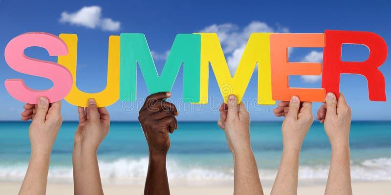 Handen die de woordzomer op strand in vakantie houden stock afbeelding