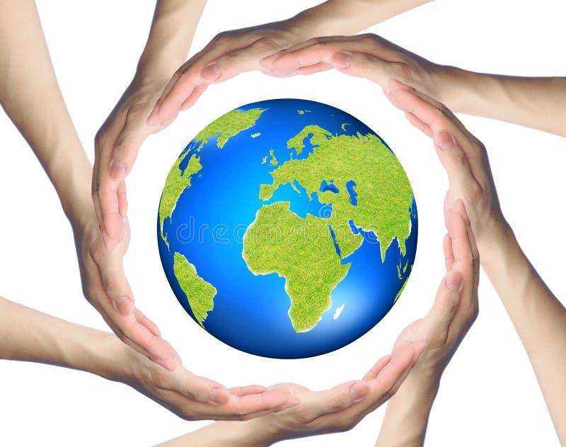 Handen die een cirkel maken die de Aarde omringen stock foto's