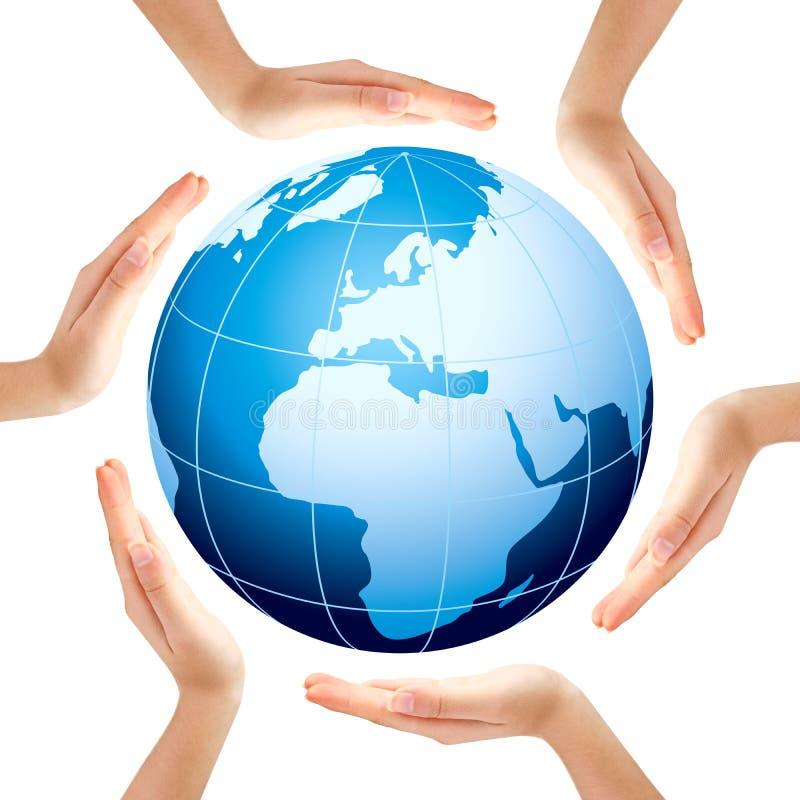 Handen die een cirkel met blauwe Aarde maken stock afbeelding