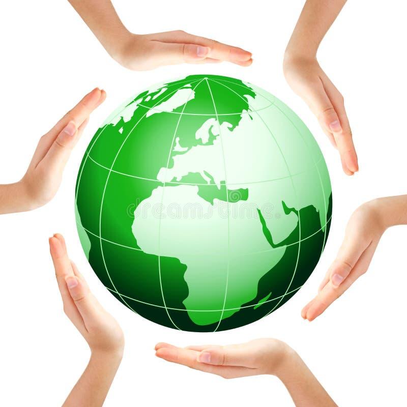 Handen die een cirkel met groene Aarde maken royalty-vrije stock foto's