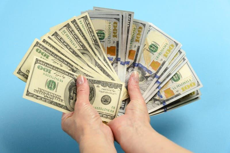 Handen die een 100 dollarrekening houden De handen houden heel wat geld Ventilator uit rekeningen van Amerikaanse dollars royalty-vrije stock foto