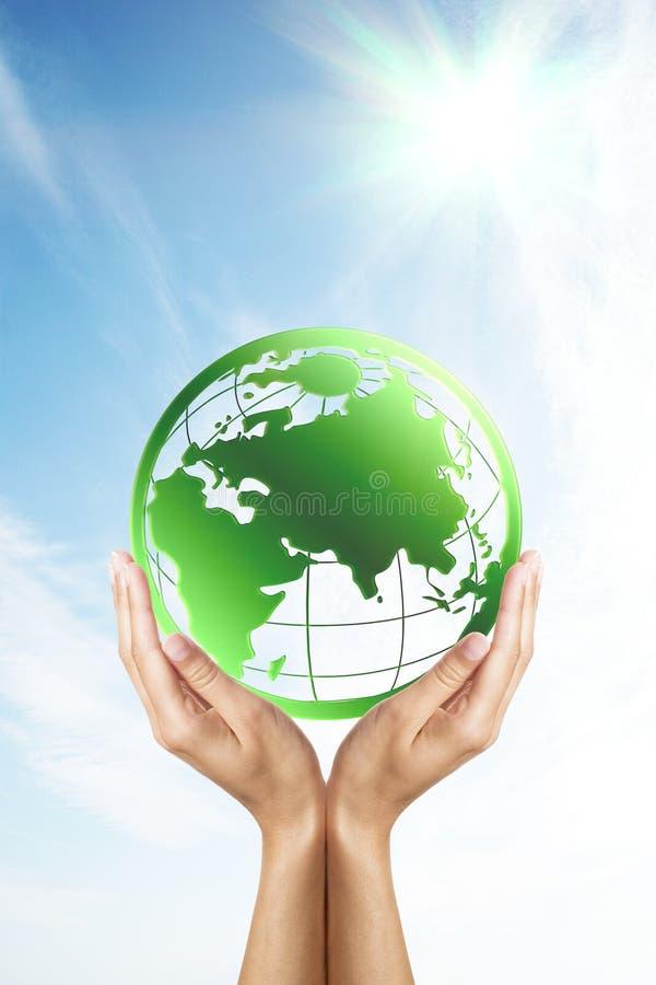 Handen die een groene planeet (Aarde) houden royalty-vrije stock fotografie