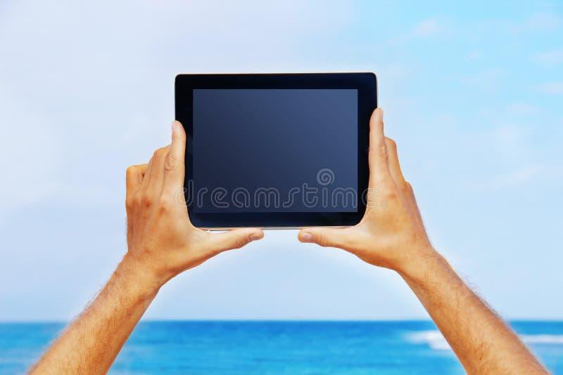 Handen die een tablet houden royalty-vrije stock afbeeldingen