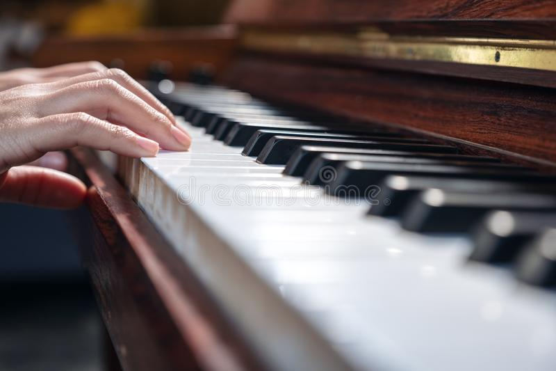 Handen die een uitstekende houten grote piano spelen stock afbeeldingen