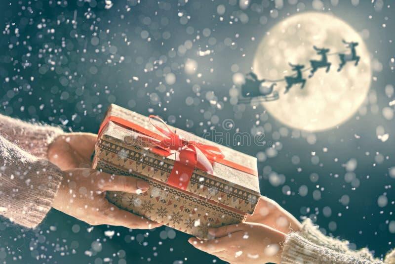 Handen die gift geven aan kind royalty-vrije stock afbeelding