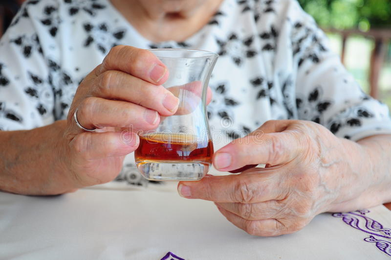 Handen die glas houden stock foto