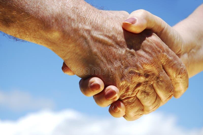Handen die goede overeenkomst maken stock afbeeldingen
