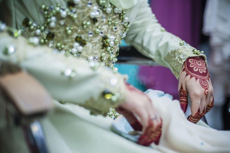 Handen die Henna dragen stock foto