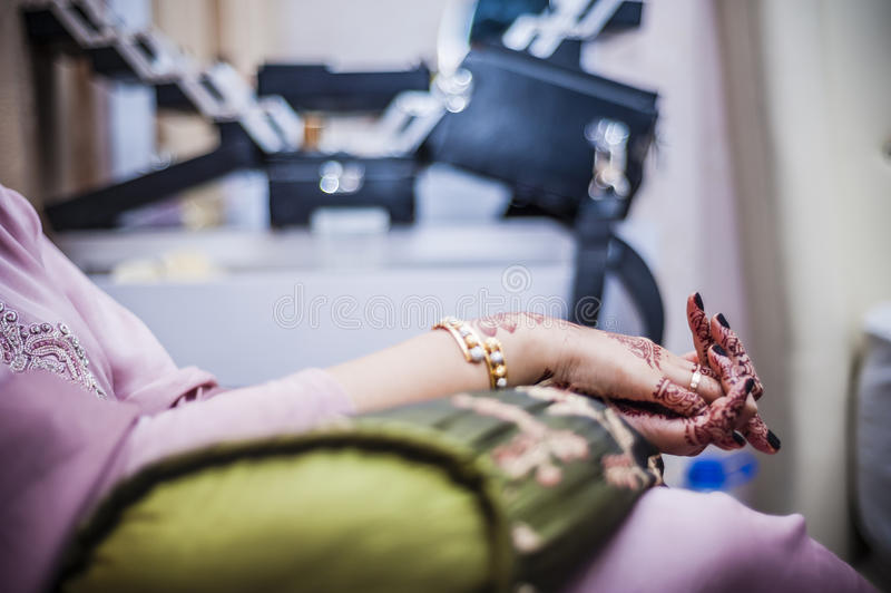 Handen die Henna dragen stock afbeelding