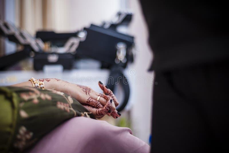 Handen die Henna dragen royalty-vrije stock fotografie