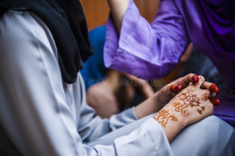 Handen die Henna dragen royalty-vrije stock afbeeldingen