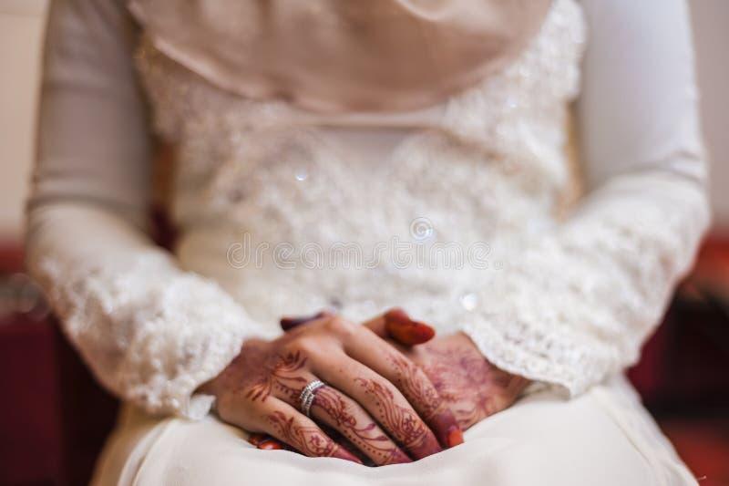 Handen die Henna dragen stock foto's