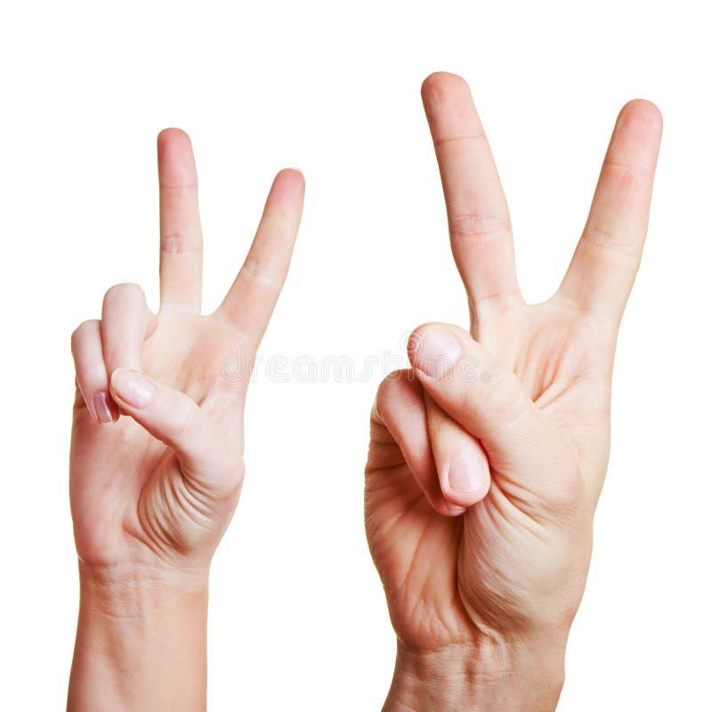 Handen die het overwinningsteken tonen royalty-vrije stock foto