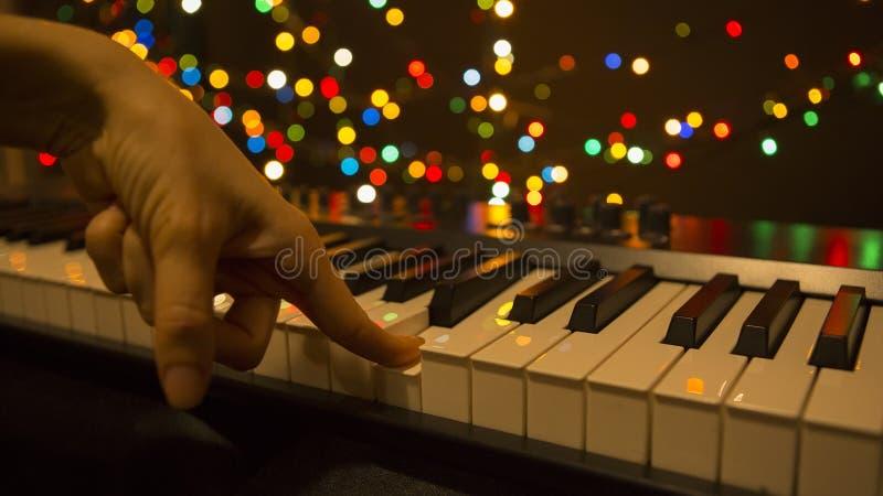 Handen die het synthesizerclose-up, nachtleven spelen Toetsenbord Muzikale Instrumenten, Elektronische Muziek stock afbeeldingen