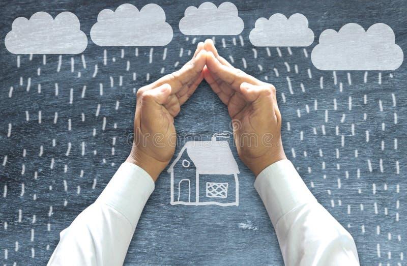 Handen die huis beschermen - verzekeringsconcept royalty-vrije stock foto