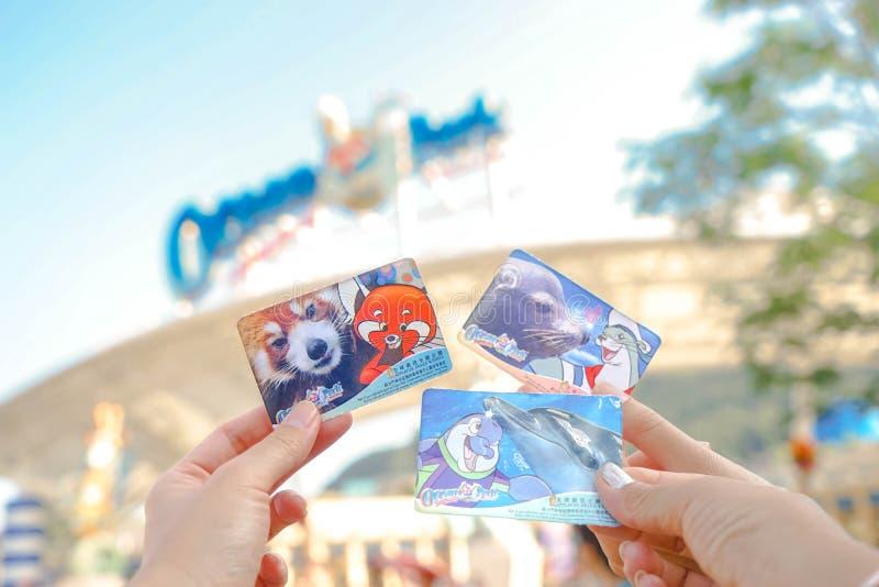 Handen die ingangskaartjes houden aan het Oceaanpark in Hong Kong royalty-vrije stock foto's