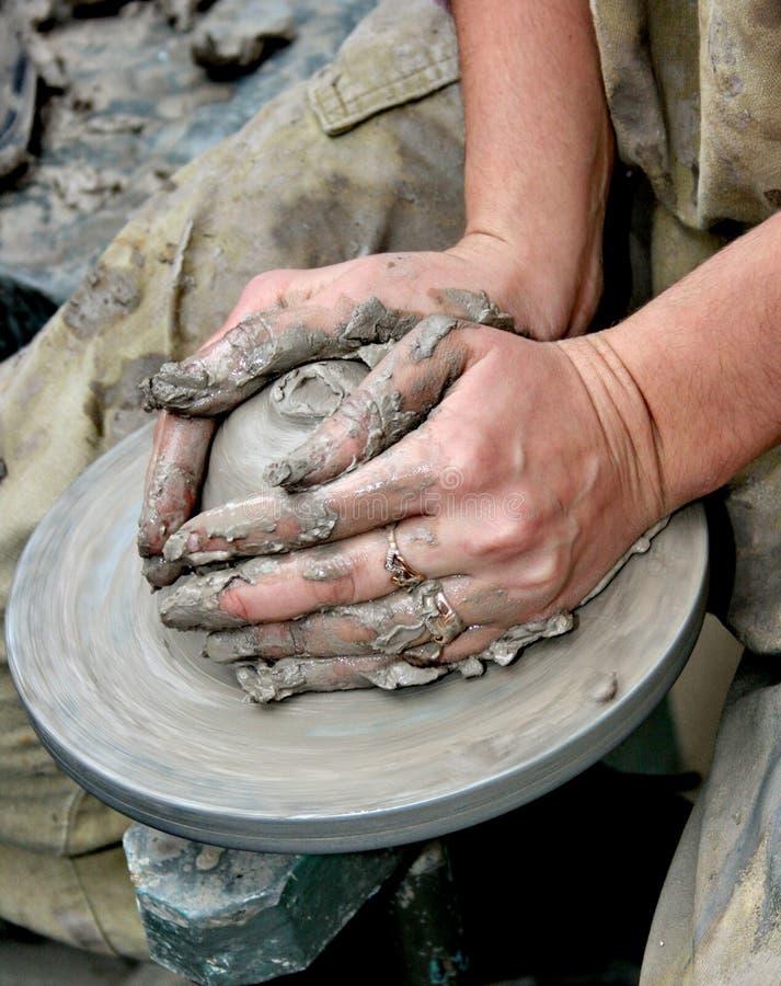 Handen die klei op het wiel van de pottenbakker vormen royalty-vrije stock foto