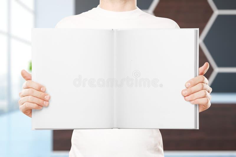 Handen die leeg boek houden stock foto