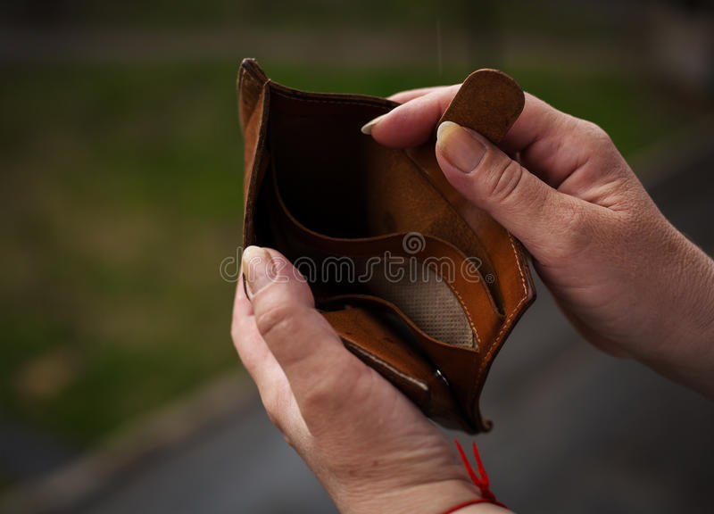 handen die lege portefeuillebeurs houden royalty-vrije stock afbeelding