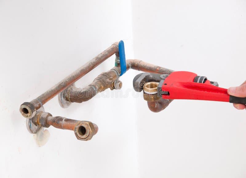 Handen die loodgieterswerkpijpen herstellen royalty-vrije stock afbeelding