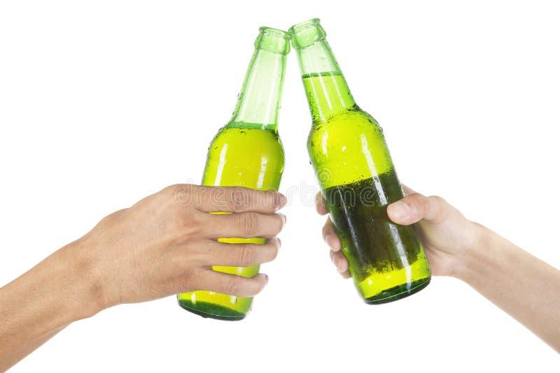 Handen die met geïsoleerd bier roosteren royalty-vrije stock foto's
