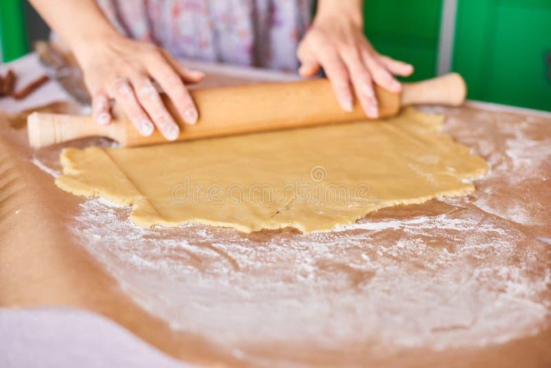 Handen die met het receptenbrood van de deegvoorbereiding werken Vrouwelijke handen die deeg voor pizza maken De vrouwen` s hande royalty-vrije stock foto's