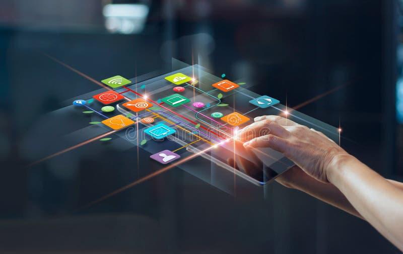 Handen die mobiele betalingen, Digitale marketing, het Bank netwerk gebruiken
