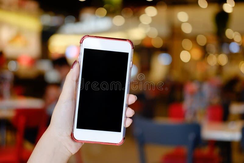 Handen die model van de smartphone het lege vertoning houden met koffie mobiel stock foto's