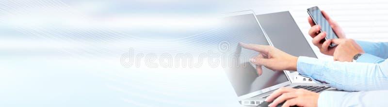 Handen die op computerlaptop typen stock foto's