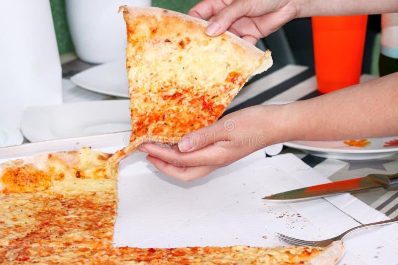 Handen die plakken van pizza Margarita nemen De hand op stukken van heerlijke pizza wordt getrokken die, sluit omhoog stock fotografie