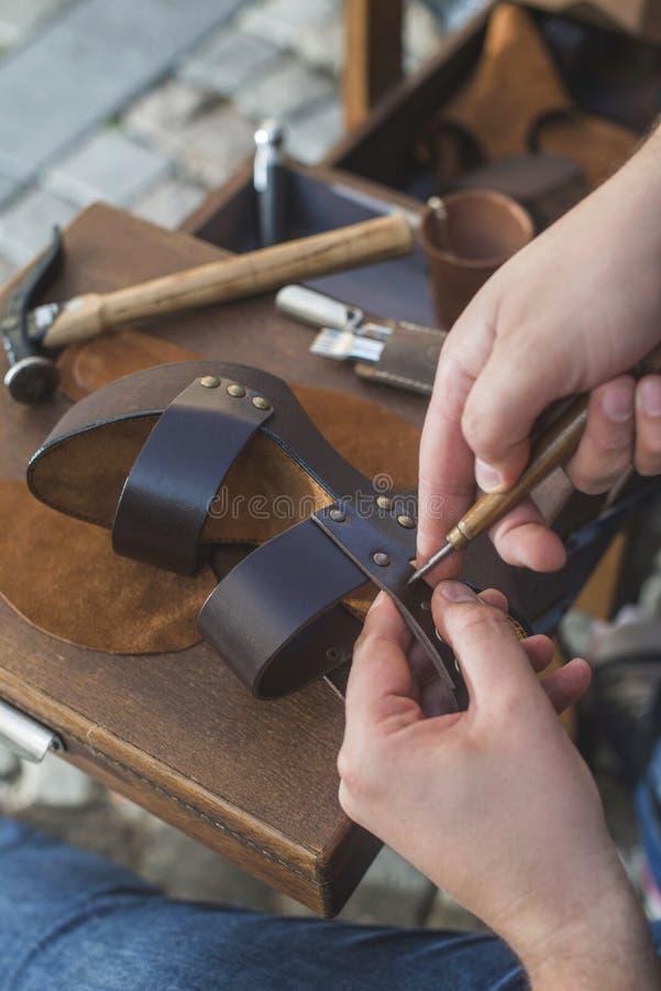 Handen die schoenen maken stock afbeeldingen