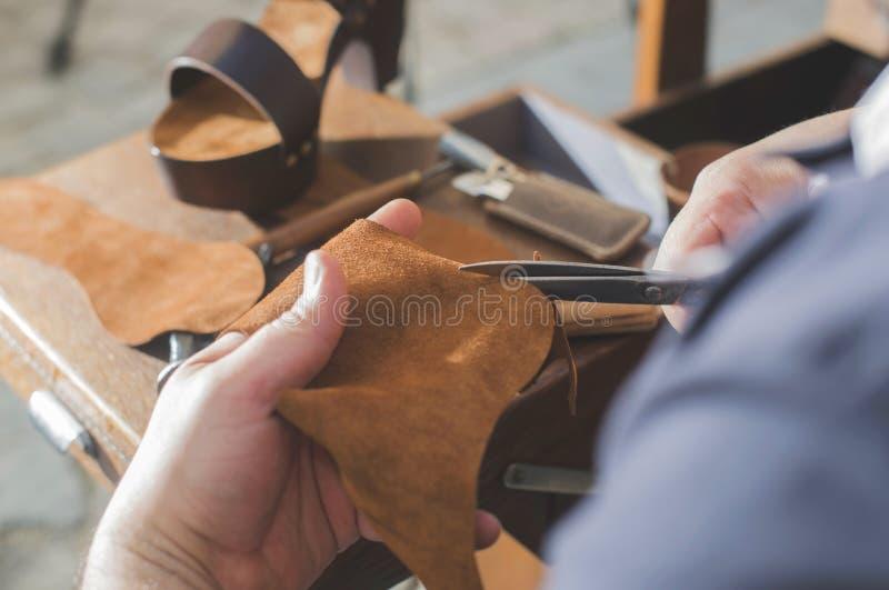 Handen die schoenen maken stock foto's