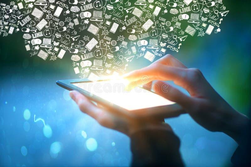 Handen die tablet met communicatie pictogrammen houden royalty-vrije illustratie