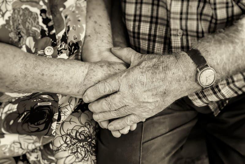Handen die van bejaard paar, handen van oudsten samen close-up, concept verhoudingen, huwelijk en oude mensen houden royalty-vrije stock foto