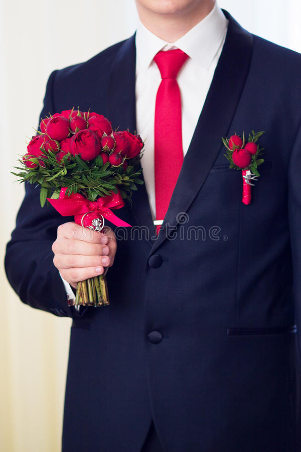 Handen die van huwelijksbruidegom klaar in kostuum worden De bruidegom houdt wij stock foto's