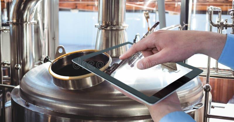 Handen die vaten fotograferen door digitale tablet bij brouwerij royalty-vrije stock foto's