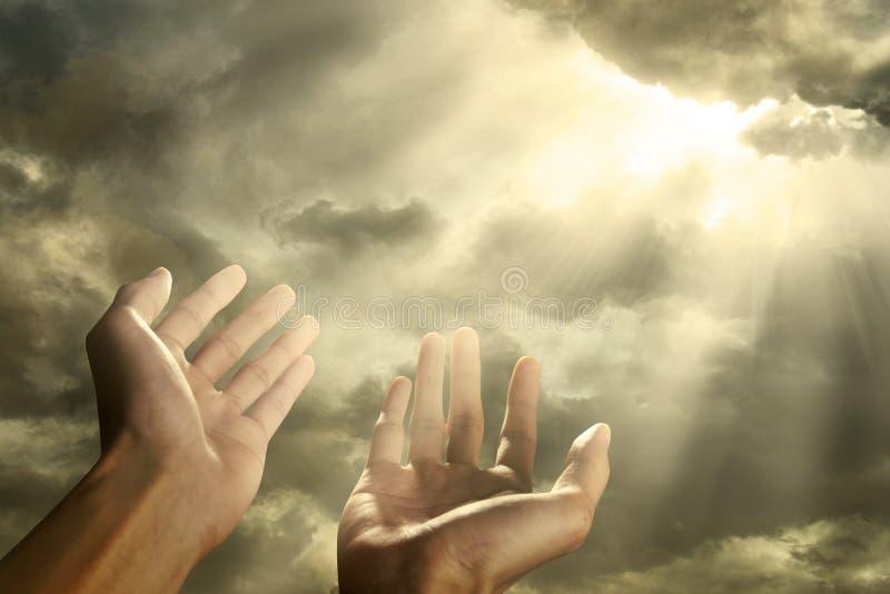 Handen die voor de hemel bereiken stock foto