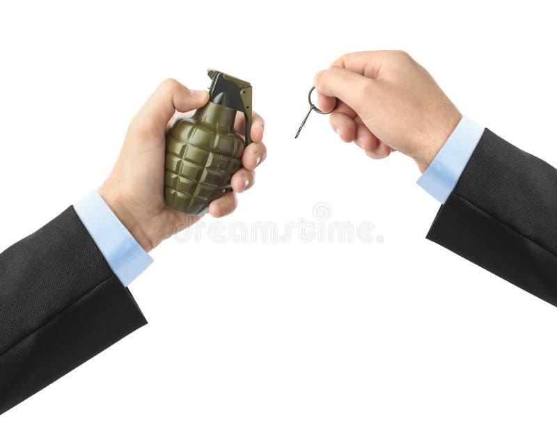 Handen drar en kontroll från en granat arkivbild