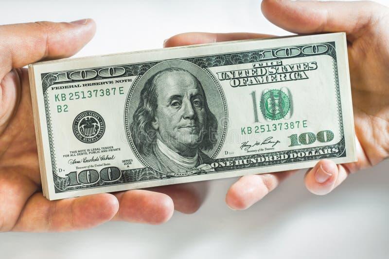 Handen en honderd dollarsbankbiljetten royalty-vrije stock fotografie