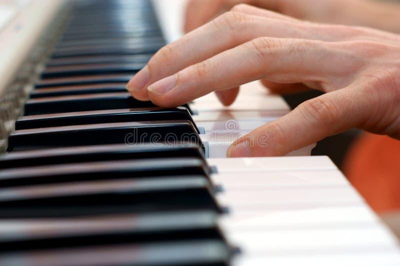 Handen en pianospeler royalty-vrije stock afbeeldingen