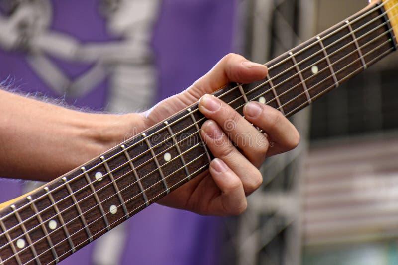 Handen en vingers die eletric gitaar spelen royalty-vrije stock afbeelding
