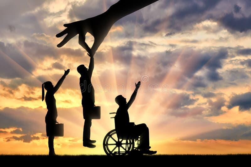 Handen för arbetsgivare` s väljer en sund arbetare från en folkmassa av folk och inte ett ogiltigt i en rullstol royaltyfria bilder