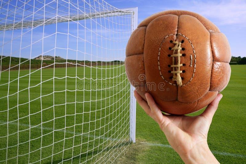 handen för bollfotbollmålet förtjänar fotboll arkivfoton