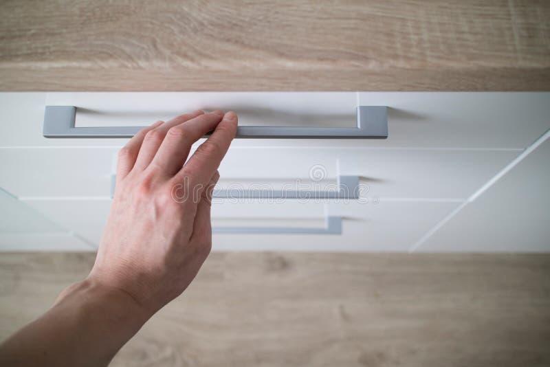 Handen för detaljmannen är öppen av en stilfull kökenhet för laminat royaltyfri fotografi