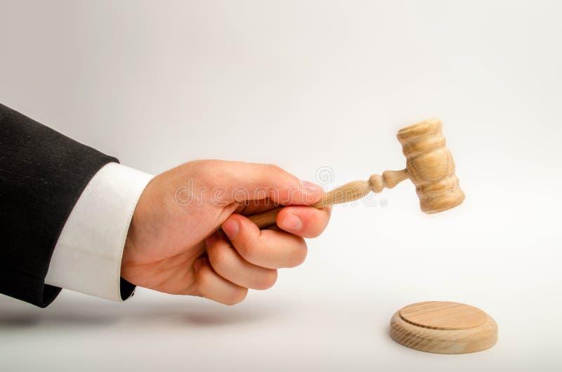 Handen för domare` s ska slås med en hammare och framför en dom i rätten domstol och rättsfall Hjälp och protecti arkivbild