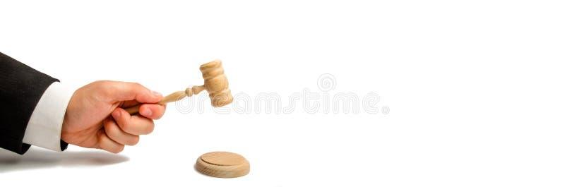 Handen för domare` s ska slås med en hammare och framför en dom i rätten domstol och rättsfall Hjälp och protecti royaltyfri bild