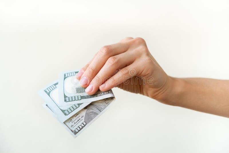 Handen för kvinna` s rymmer två hundratals dollar fotografering för bildbyråer